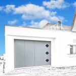 Porte de garage motorisée, blanche avec fenêtres losange
