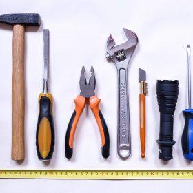 les outils pour poser une porte de garage basculante